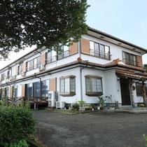 【民宿やくすぎ荘】 外観   宮之浦川の川辺に建ち、ロケーション抜群のお宿です