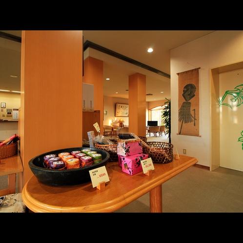 【ロビー】エレベーターホールには地元の名産やローカルなお土産の販売コーナーあり