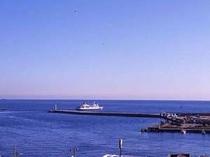 熱海港から初島まで25分、伊豆大島なら45分の船旅です。(当館屋上から撮影)