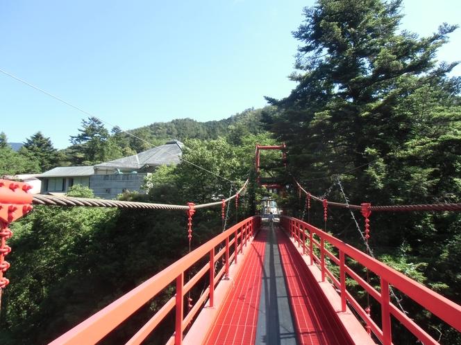 ホテル前の吊橋