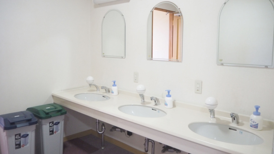 *館内設備/洗面台は大人数でも利用できるように蛇口を多く設置しております。
