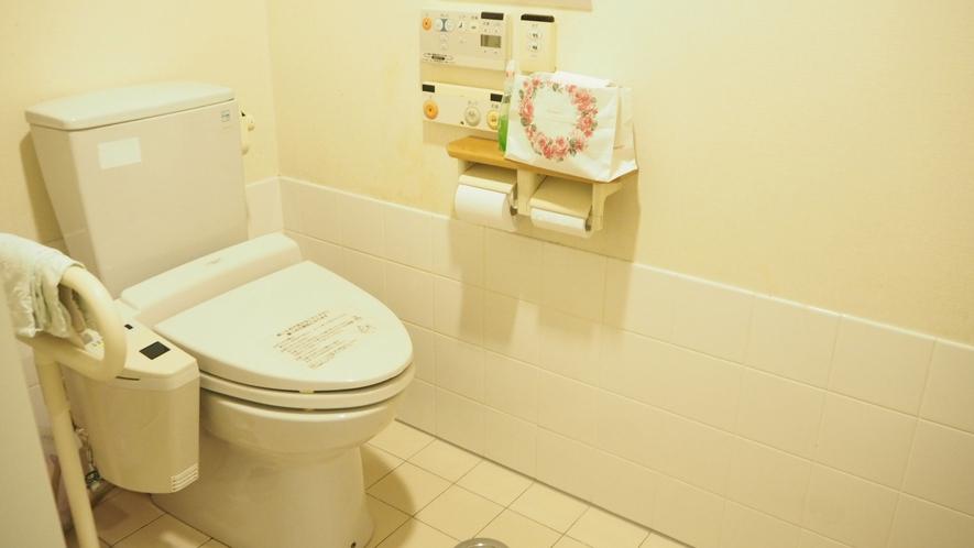 *バリアフリートイレ/手すりのついたバリアフリーのトイレです。