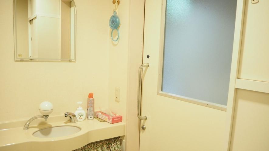 *バリアフリートイレ/広々としたスペースが嬉しい空間となっております。