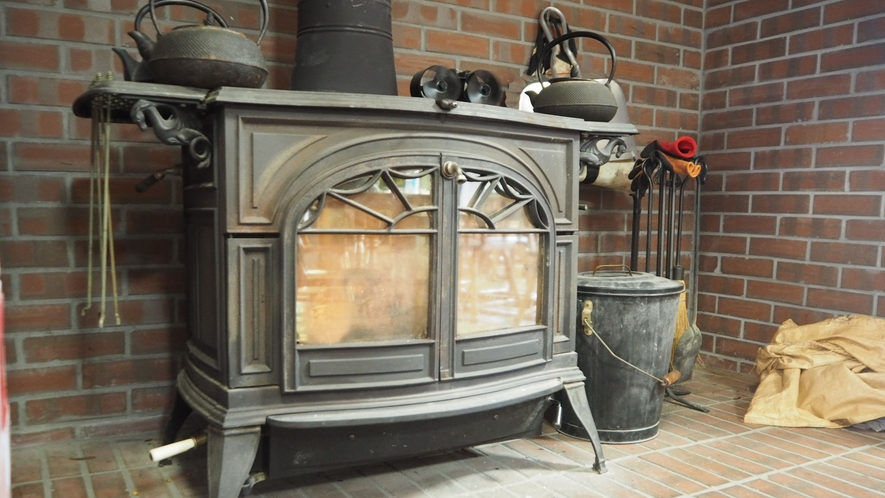 *館内設備/オーナーが自ら蒔を割り温まれる暖炉です。