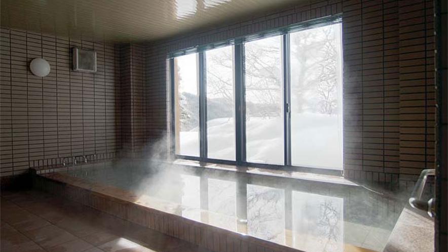 *【源泉かけ流しの湯-大浴場(冬)】24時間入浴可能!窓からは四季の景色が望めます。