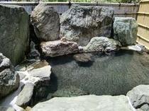 湯量豊富で明るい露天岩風呂(女性)