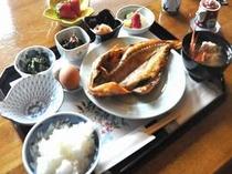 地魚の干物とできたての温泉たまご、季節ごとのお菜の小鉢がならぶ朝食