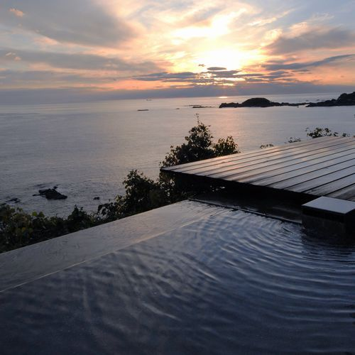 全てのお部屋にある専用露天風呂。海と一体になれる