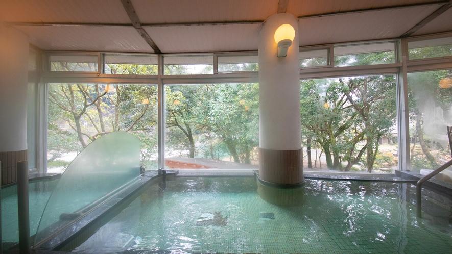【大浴場】窓から見える自然の風景をお楽しみください。