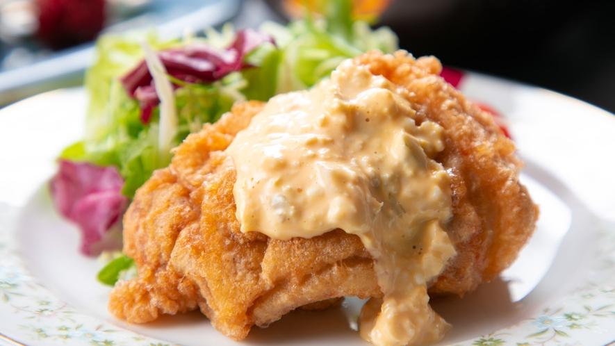 """【ご夕食一例】地鶏を使った宮崎名物""""チキン南蛮""""は特製のタルタルソースでお召し上がりください。"""