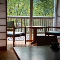 【和室】川のせせらぎと窓からの照葉樹林の緑をお楽しみください。