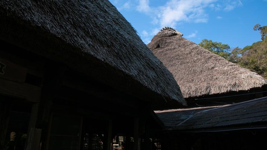 【式部亭】式部亭では本物のかやぶき屋根を使用しています。