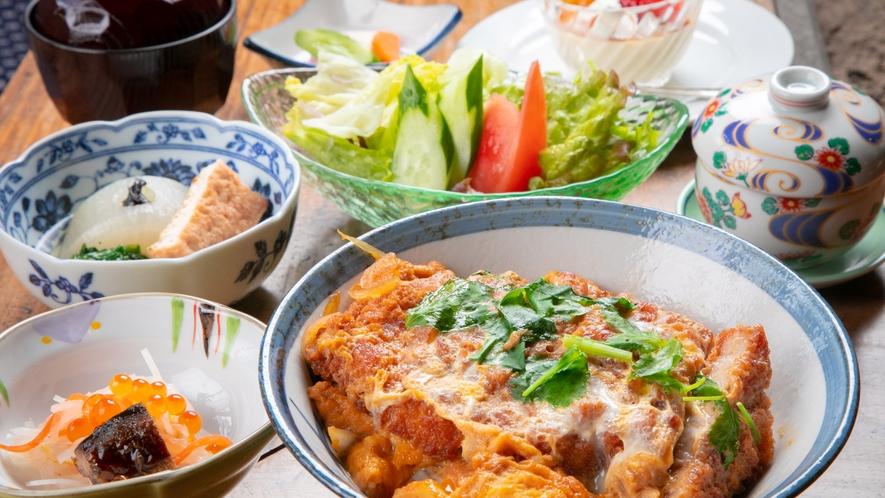 【ランチ/綾豚かつ丼】綾の豚肉を使用したカツ丼はやわらかくて脂がしつこくないのが特徴です。