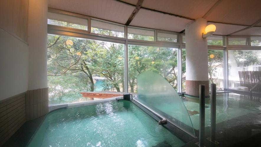 【大浴場】匂いも無く、無色透明のなめらかな湯ざわりです。体の芯までじんわりと温め、お肌はつやつや♪