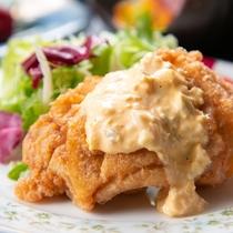"""【ご夕食一例】地鶏を使った宮崎名物""""チキン南蛮""""はは特製のタルタルソースでお召し上がりください。"""