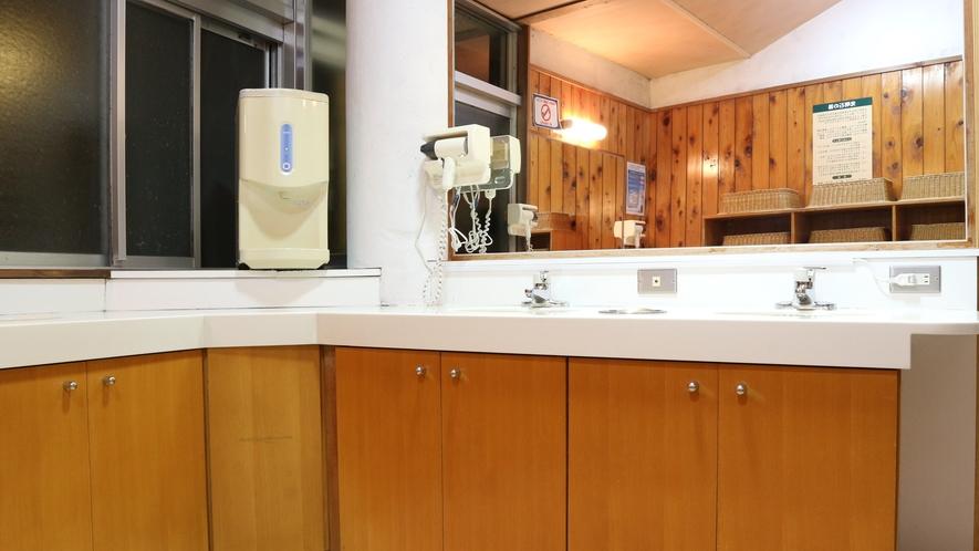 【風呂】脱衣所にもドライヤーを完備しております。(写真は女湯)