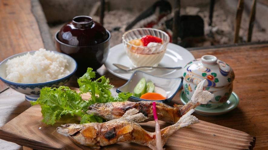 【ランチ/あゆ焼き定食】香ばしく焼き上がったアユ。柔らかくてホクホクの白身が絶品です。