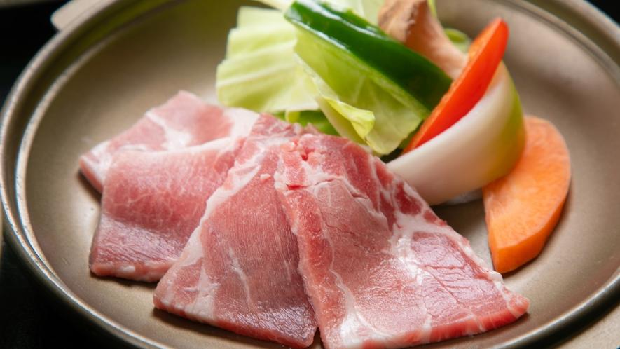 """【ご夕食一例】クチの中で旨みがとろける柔らかな""""宮崎豚のステーキ""""は絶品です。"""