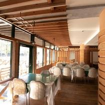 【せせらぎ亭】木のぬくもり感じるレストランです。テーブル席と掘りごたつ式の個室スペースがございます。