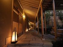 回廊・・・東棟、西棟、談笑室、貸切露天風呂森の湯へと続きます。