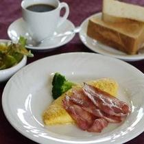 *朝食は洋食または和食から選べます(洋食一例)