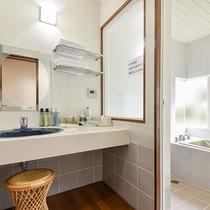 *部屋(コテージ・シングル2.ツイン1)/化粧水や乳液など必要なアメニティは揃ってます。