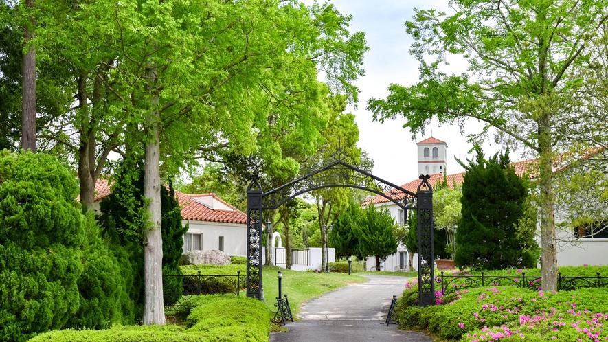 *外観(宿泊棟入口)/緑に囲まれた宿泊棟で優雅にお過ごしください。