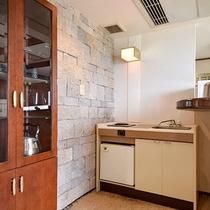 *部屋(コテージ・シングル4)/ガス、冷蔵庫、ポットなどもご用意しております。