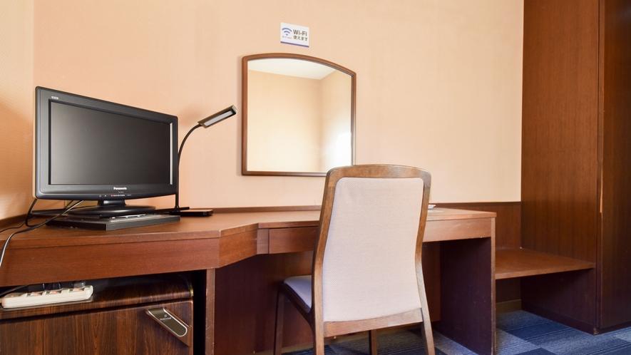 *部屋(シングル)/テレビやデスク、簡易冷蔵庫のご用意もございます。