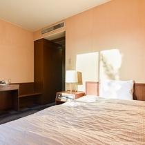 *部屋(シングル)/朝の光を浴びて気持ちよく起床、部屋はWi-Fiも完備しております。