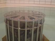 浴場の浴槽内には天然ラジウム鉱石を設置。さまざまな浴用効能を得られます。