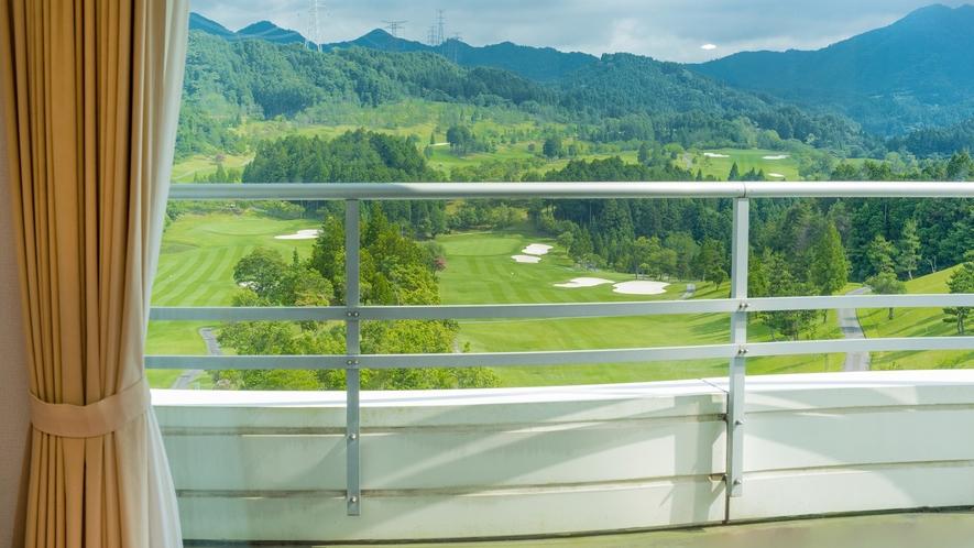 *【洋室】ゴルフ場側のお部屋からの眺め(一例)