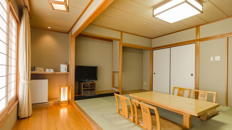 *【和室】江戸間10畳の広さと板の間もあり、ゆったりとしたスペースでお寛ぎいただけます。