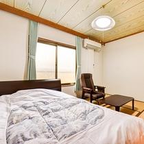 *【客室一例:シングル】ほっとする和室タイプにシングルタイプの洋室ベッドを備えたお部屋です。