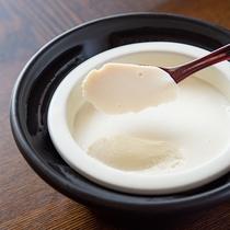 *【朝食一例:お豆腐】お客様が召し上がるタイミングに合わせてお出しするお豆腐。