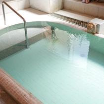 【大浴場:あつ湯】当館にはあつ湯とぬる湯、2種類の源泉がございます。