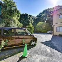 *【駐車場】10台ほどが泊められる屋外駐車場をご用意しております。