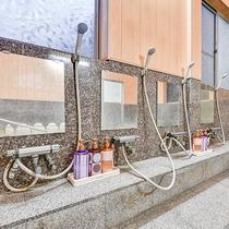 *【大浴場:洗い場】備え付けのシャンプー・コンディショナー・ボディーソープがございます。