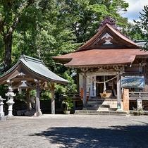 *【周辺情報:紫尾神社】神社の拝殿の下には紫尾温泉の泉源があります。