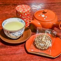 *【客室一例:備品】お部屋にはお茶菓子をご用意しております。ごゆっくりとお寛ぎ下さいませ。
