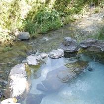 【露天風呂】川のせせらぎに耳をかたむけながら、至福のひと時…