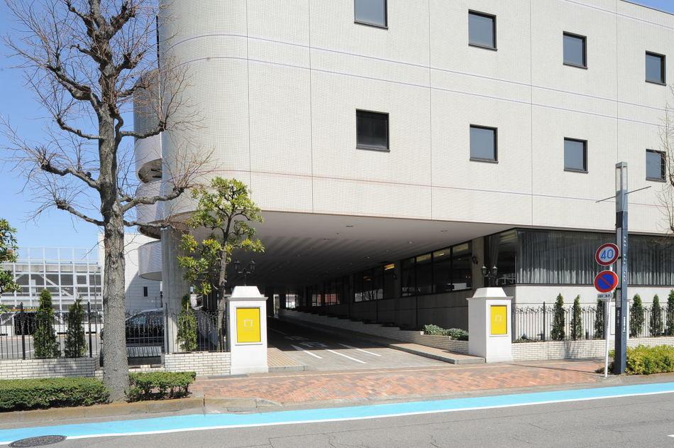 【入り口】駐車場へはこちらの入口から。立体駐車場の高さ制限は2.1mまでです