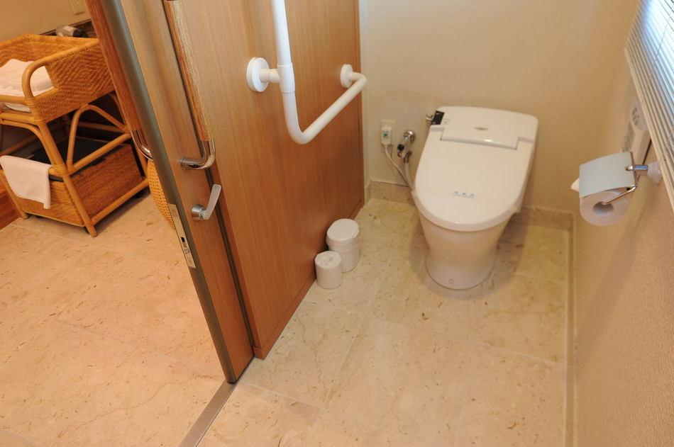 【セミスイートルーム5F】トイレにも段差はございません。