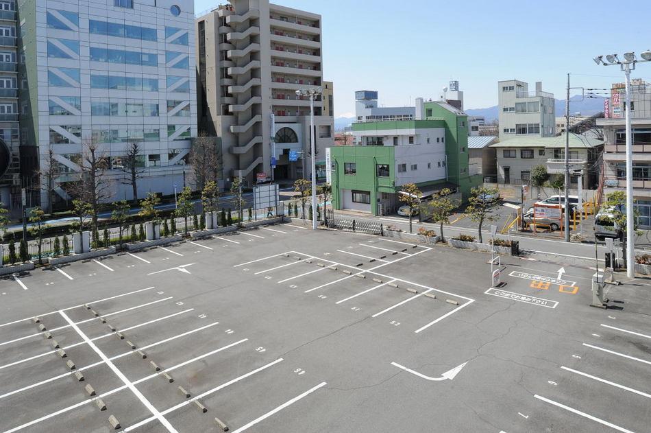 【駐車場】 大型駐車場完備!一部立体駐車場です。