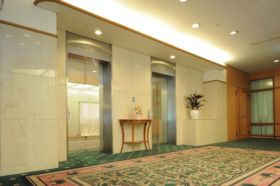 【2Fフロント横 エレベーター前】フロント横にございます。