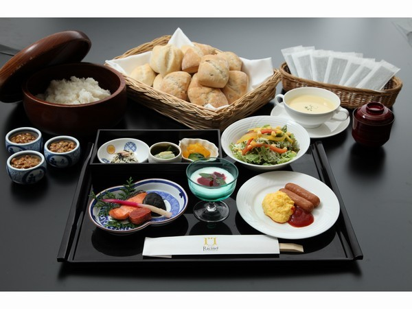 【朝食】ラシーネの朝食は落ち着いた雰囲気の和洋折衷ご膳。