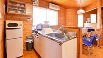 *コテージ(客室一例)/ミニキッチンや食器・冷蔵庫などの設備あり。食材持ち込み可能で自由に作れます。