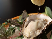 岩牡蠣とレモン絞り