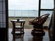 趣のある和室。部屋からは海を一望できます。