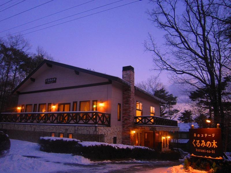 雪の中の本館。灯りが温かい。